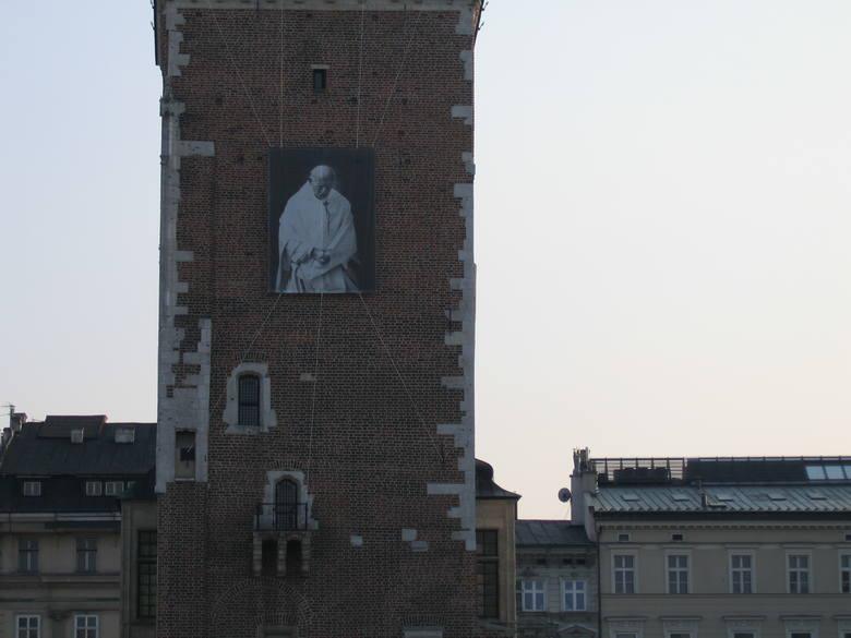 Kraków. 15. rocznica śmierci Jana Pawła II. Na Franciszkańskiej, pod oknem papieskim, możemy być online. W swoich oknach zapalmy świeczki