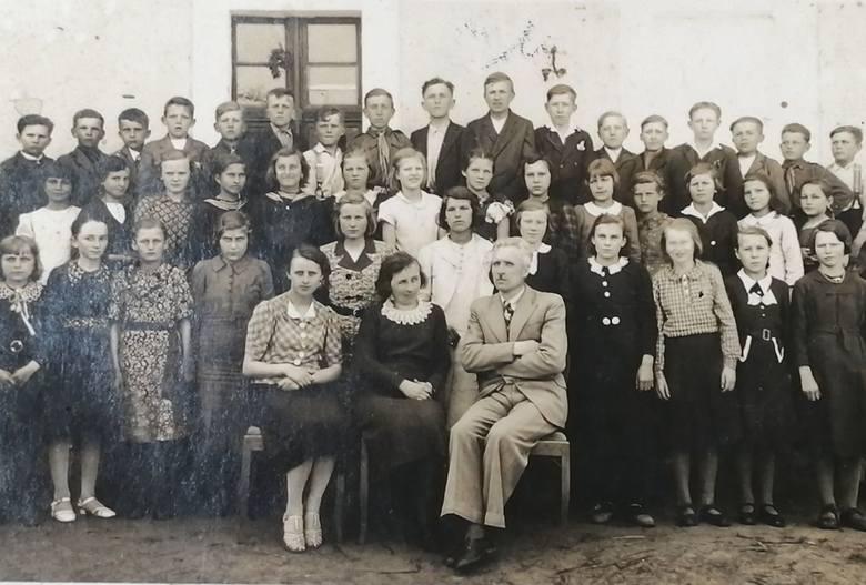 Kierownik Leon Kemnitz z uczniami i nauczycielami - zamordowano go w maju 1941 roku