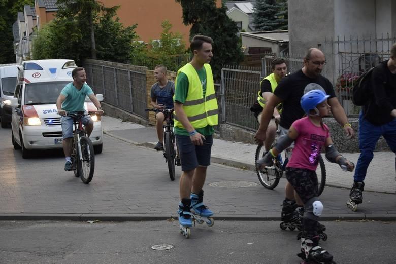 Night Skating, czyli nocny przejazd na rolkach ulicami Skierniewic rozpoczął się w piątek, 19 lipca, na ul. Podrzecznej. Rolkarze mieli do pokonania ośmiokilometrową trasę. Organizatorem wydarzenia jest Ośrodek Sportu i Rekreacji oraz Skierniewickie Stowarzyszenie Sportów Ekstremalnych.
