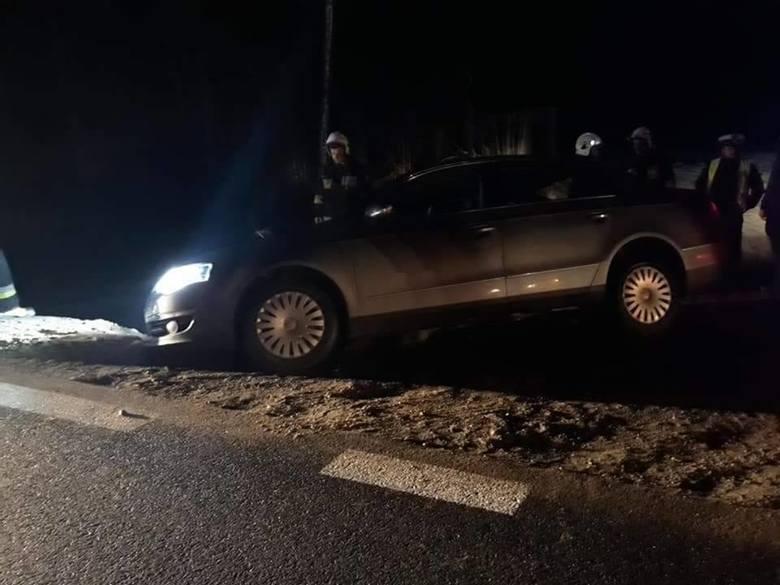 Do zdarzenia drogowego doszło w piątek wieczorem. Strażacy zostali zadysponowani do auta, które wjeżdżając na DK 8, od strony wsi Głęboczyzna, zawisło