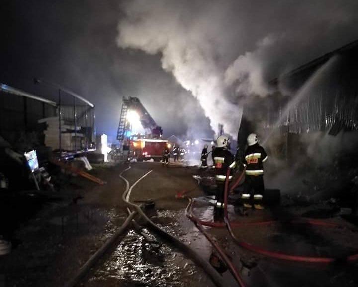 We wtorek o godzinie 19.21 strażacy dostali  zgłoszenie, że w Klwatce Królewskiej pali się hala produkcyjno-magazynowa. Na miejsce wysłano zastępy z