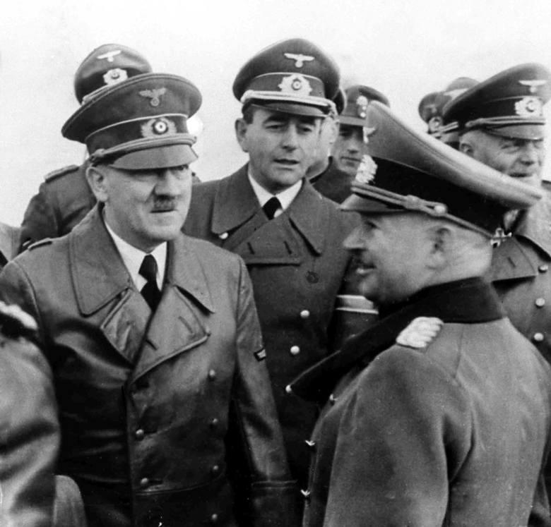 Hitler traktował Alberta Speera (w środku, nieco z tyłu) jak swojego syna