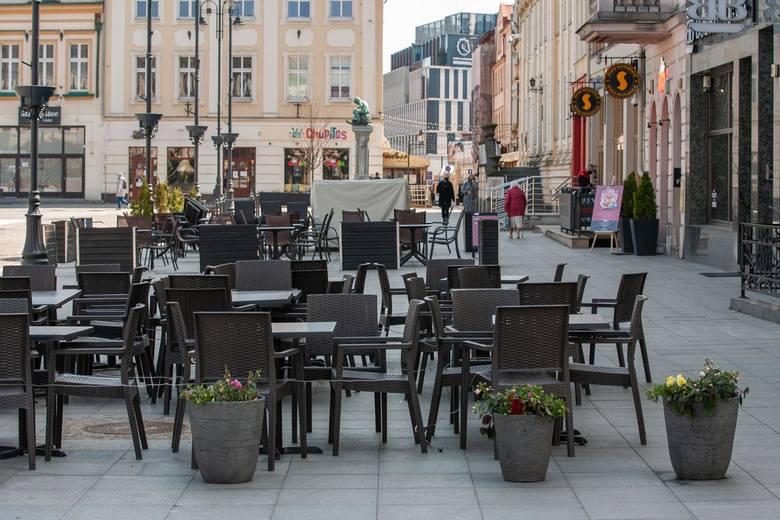 W przyszłym tygodniu pracownicy ZDMiKP przygotują i rozstawią parasole ogródków letnich na płycie Starego Rynku. Dzięki temu restauratorzy będą mogli