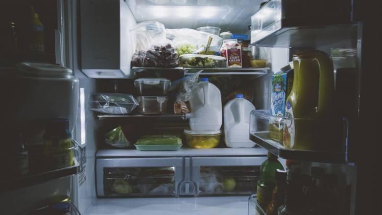 Spleśniała śmietana, zjełczałe wędliny. Jak długo można przechowywać produkty w lodówce?