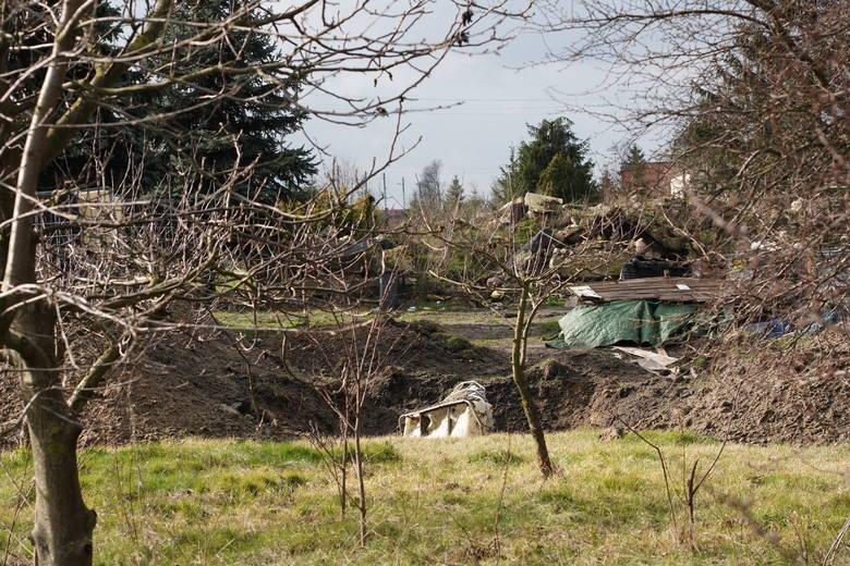 Odpady niebezpieczne, toksyczne i rakotwórcze były nielegalnie składowane na prywatnej działce w miejscowości Szołajdy w gminie Chodów. Służby nie wiedzą