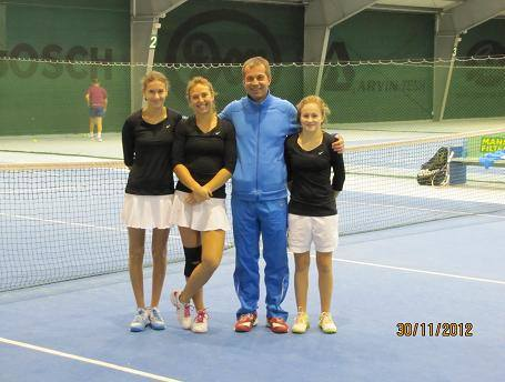 Zespół kadetek klubu z Prószkowa. Od lewej: Katarzyna Gergont, Jaśmina Kostek i Malwina Wójciak z trenerem  Witoldem Dzideczkiem.