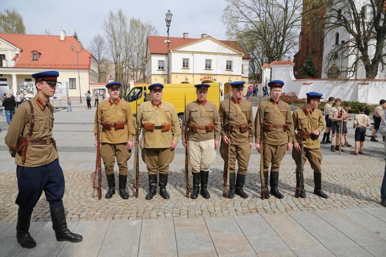 Marsz Cieni prowadziła czarna więźniarka, za którą szli eskortowani przez NKWD polscy żołnierze. Przypominano też listę blisko 500 nazwisk osób związanych