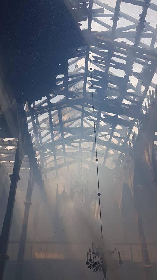 Wnętrze spalonego kościoła w Lutolu Suchym