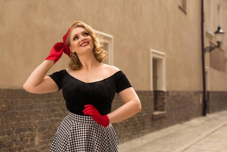 Moda: Powrót do przeszłości. Poznanianka szyje ubrania w stylu lat 50. Zobacz sukienki marki Natabo