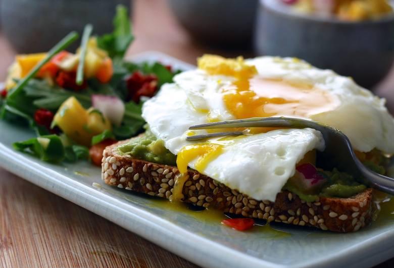 Kanapka na śniadanie zyska odpowiednią porcję białka, witamin i antyoksydantów, gdy nie zabraknie w niej jajka i awokado, a całość uzupełni świeża s
