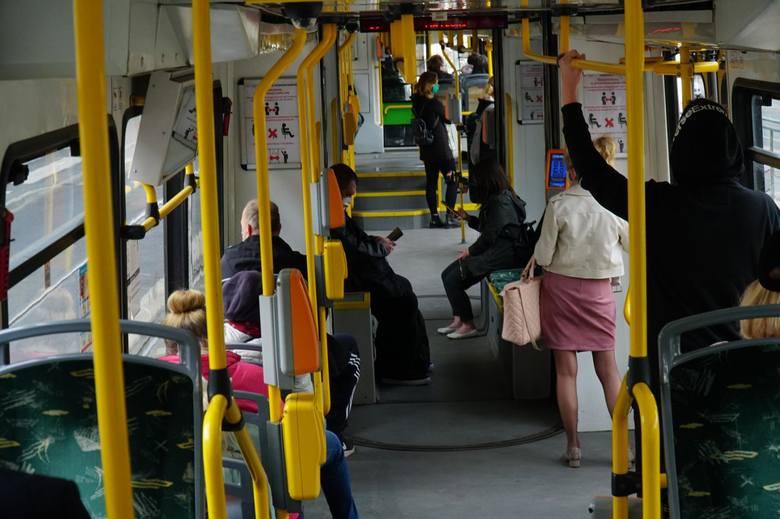 Od 1 czerwca do pojazdów komunikacji miejskiej może wejść więcej pasażerów - maksymalnie tylu ilu wynosi połowa docelowej pojemności pasażerskiej pojazdu,