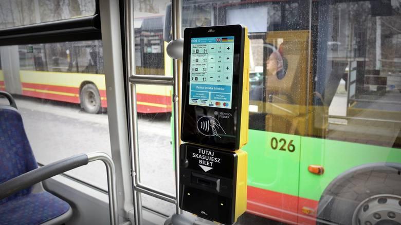 Wraz z końcem wakacji tłoczno zrobiło się nie tylko w autobusach i tramwajach, ale też w rejestrze dłużników. Łączny dług z tytułu kar za jazdę bez biletu