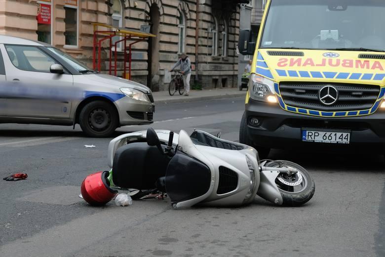 Policjanci pracują na miejscu wypadku drogowego na ul. Krasińskiego w Przemyślu.W piątek rano, kierujący skodą, 53-letni przemyślanin wyjeżdżając z parkingu