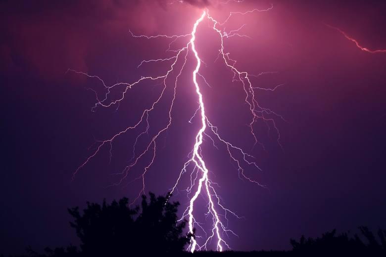 Uderzenie pioruna może doprowadzić do poważnych obrażeń, a nawet śmierci. Podczas burzy najbezpieczniej jest więc przebywać w domu. Zamknij wszystkie