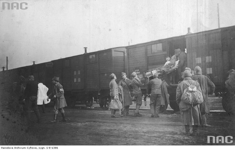 Transport rannych żołnierzy austro-węgierskich, między 1914 a 1918.