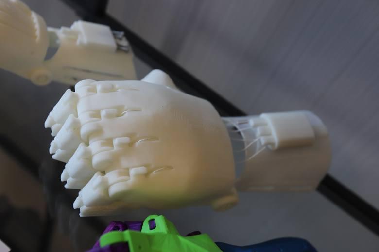 Ręce 3D dla dzieci prosto z drukarki. To robi się w Łodzi