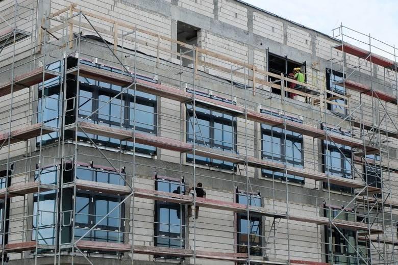 Ul. Wrocławska. Nowy komisariat ma już okna (zdjęcia, wideo)