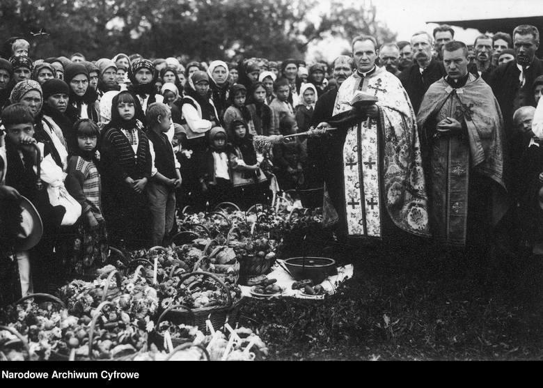 Na fotografiach zgromadzonych w Narodowym Archiwum Cyfrowym możemy zobaczyć, jak wyglądały Święta Wielkanocne w Polsce przed II wojną światową i w czasie