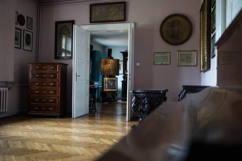 Na ścianach wiszą rodzinne zdjęcia, oryginalne obrazy i szkice