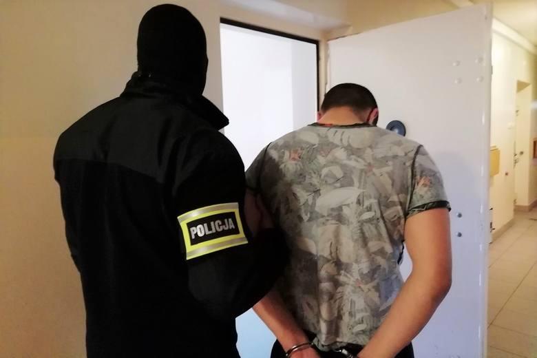 Napad z pistoletem i... w maseczce ochronnej. Bandyta zatrzymany po napadzie w Pabianicach