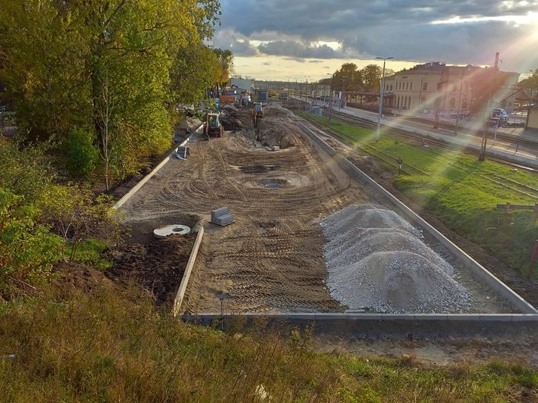 Oto najnowsze zdjęcia z placu budowy przy dworcu PKP w Inowrocławiu.Przypomnijmy: trwa przebudowa placu przed dworcem PKP w Inowrocławiu. Powstaną tu