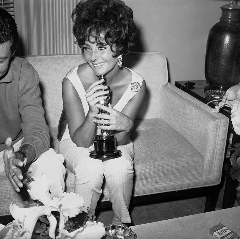 """Elizabeth Taylor z Oscarem dla najlepszej aktorki za rolę w filmie """"Butterfield 8"""". Wielka gwiazda kina otrzymała wcześniej już trzy"""