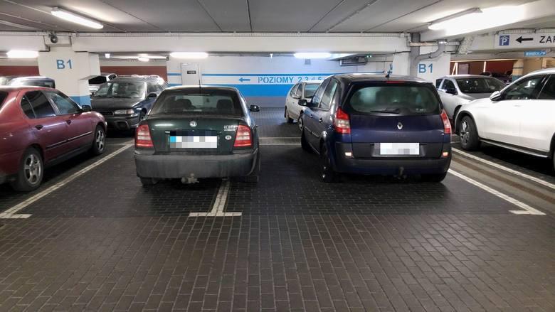 Mistrzowie parkowania - to jedno z łagodniejszych określeń kierowców, którzy nie liczą się z innymi użytkownikami dróg i parkują gdzie popadnie. W tej