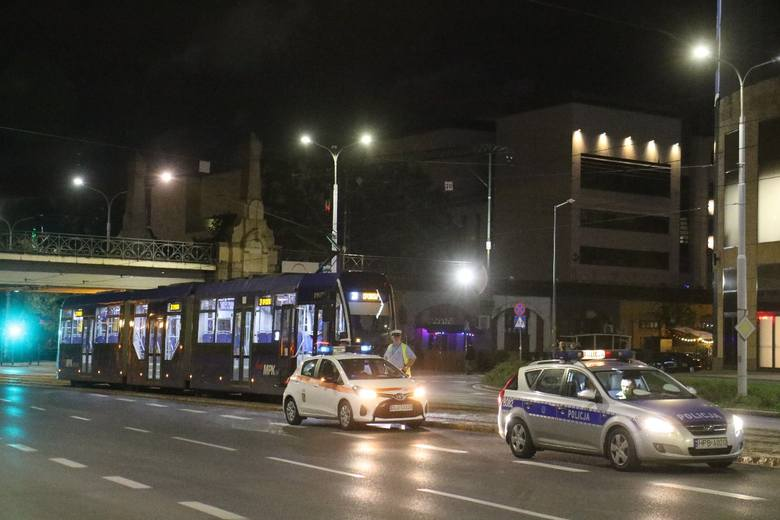 Próbował przejechać od Nasypowej przez Powstańców Śląskich, ale uderzył w tramwaj. Z obrażeniami został zabrany do szpitala. Kolejne niebezpieczne zdarzenie