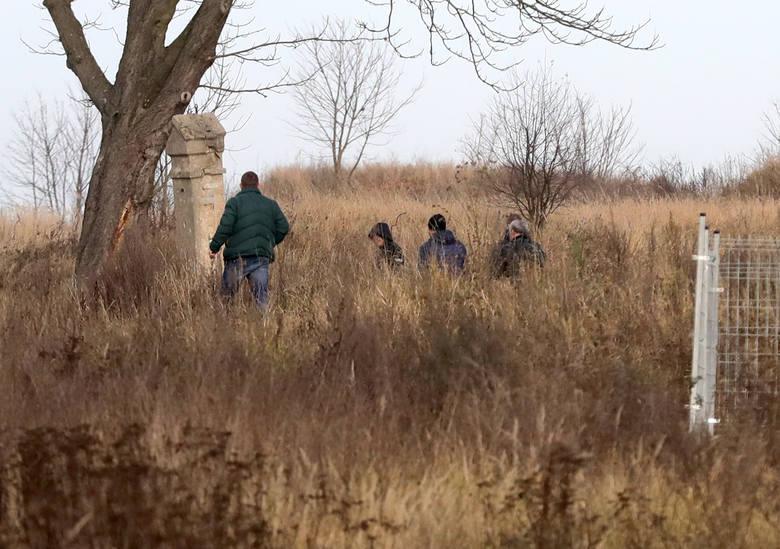 Policja przeszukuje teren w poszukiwaniu narzędzia zbrodni.