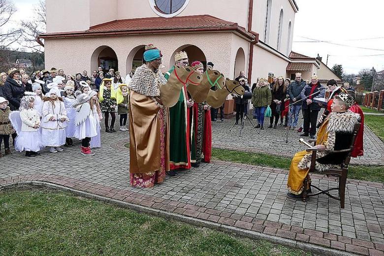 """Po dotarciu orszaków zebrani wzięli udział w uroczystej Mszy Świętej Objawienia Pańskiego, w której każdy z nas mógł być tego dnia """"królem"""" i złożyć"""