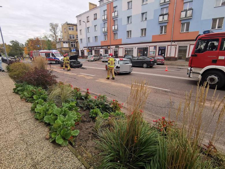 Do zdarzenia doszło około godziny 16 w centrum Koszalina na ulicy Zwycięstwa. Kierowca BMW nie zachował należytej ostrożności i uderzył w prawidłowo
