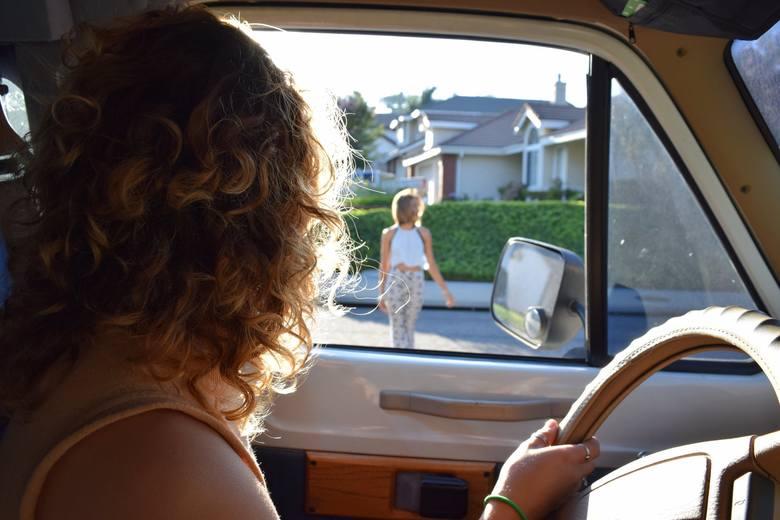 W życiu kierowcy może przydarzyć się taka sytuacja, że do końca nie wie jak się zachować. Czy koniecznie zatrzymać auto przed zieloną strzałką? Co z