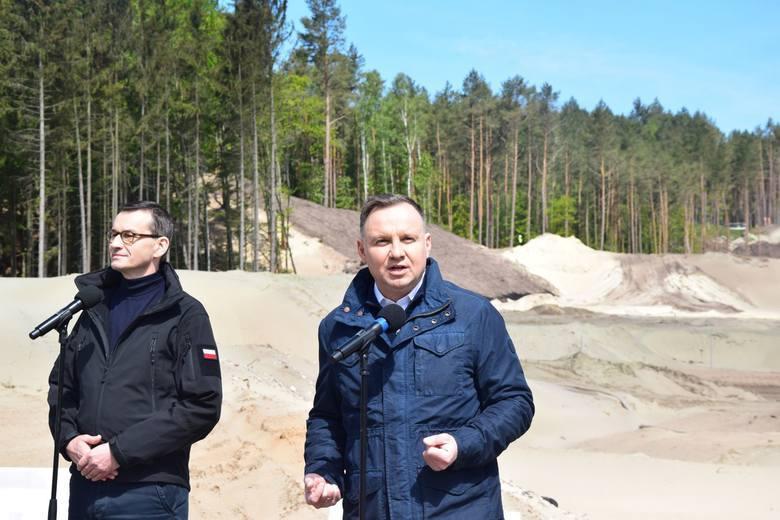 Andrzej Duda i Mateusz Morawiecki na terenie budowy przekopu mierzei
