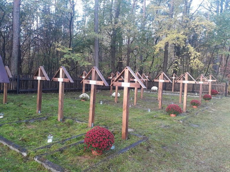 W ubiegłym tygodniu uporządkowane zostały miejsca pamięci w gminie Kozienice. Ustawiono tam kwiaty i zapalono znicze. W piątek 30 października poinformowano