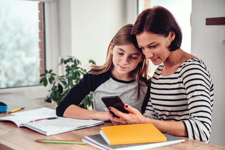 Młodzi fonoholicy potrzebują pomocy. Rodzicu, zadbaj o swoje dziecko.