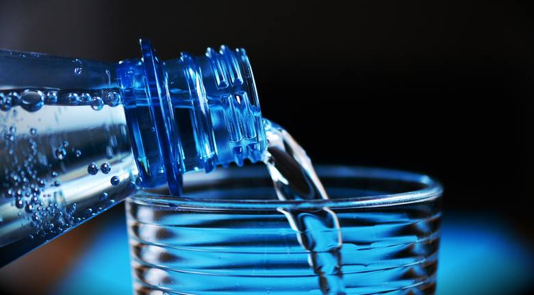 Jak twierdzą naukowcy przez bardzo wysoką temperaturę w nagrzanym samochodzie, plastik może wydzielać substancje, które przenikną do wody i szkodzą naszemu