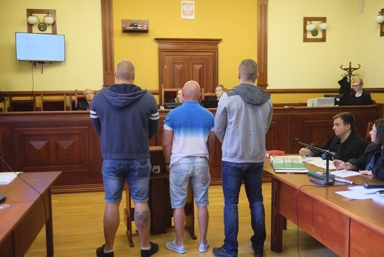 """Toruński sąd zawiadomił prokuraturę o tym, że pseudokibice Elany wzięli udział w bójce z maczetami pod """" Bellą"""". Śledztwa jednak nie ma, a sąd nie zażalił"""