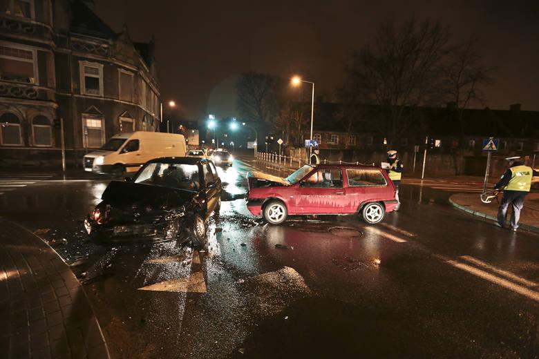 W czwartek 4 lutego wieczorem na skrzyżowaniu ulic Sienkiewicza i Strzeleckiej w Zielonej Górze zderzyły się nissan i volkswagen. Dwie osoby zostały