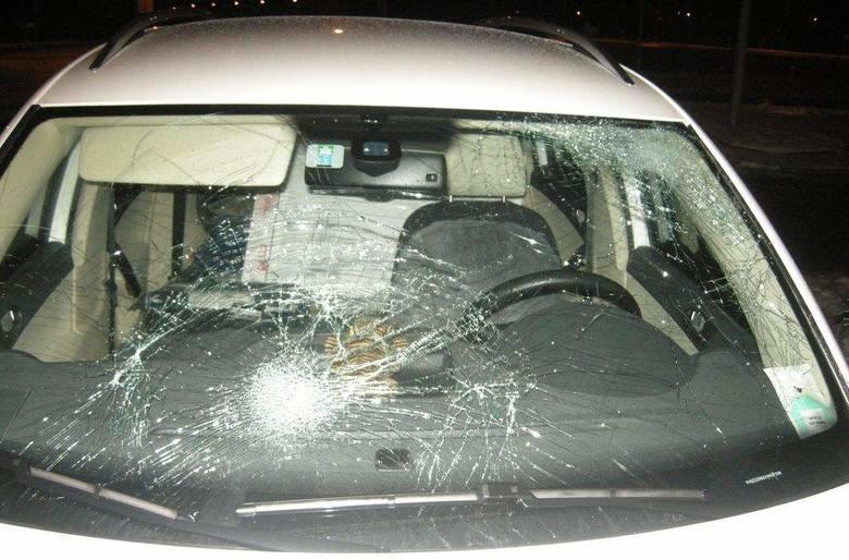 Kierowca pługopiaskarki uszkodził 17 samochodów, ale się do tego nie przyznaje.