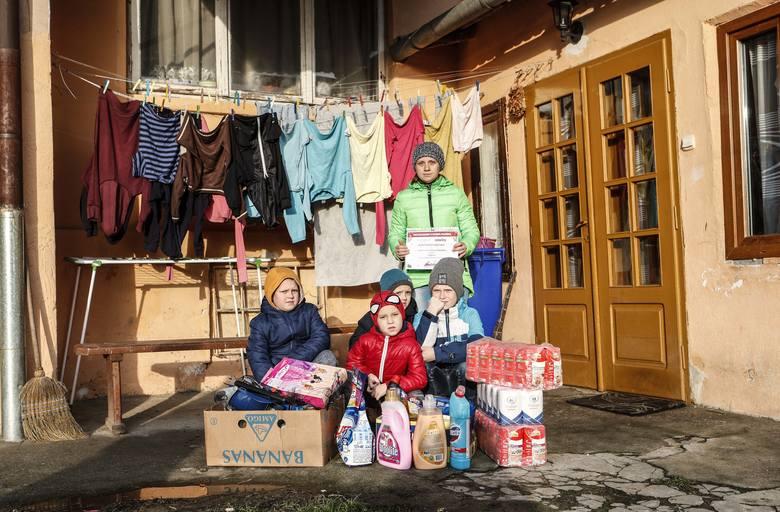 Rodzina z Pogwizdowa  (powiat łańcucki, gmina Czarna) otrzymała na święta najbardziej potrzebne rzeczy.  Z prezentami pojedziemy też do kilku innych