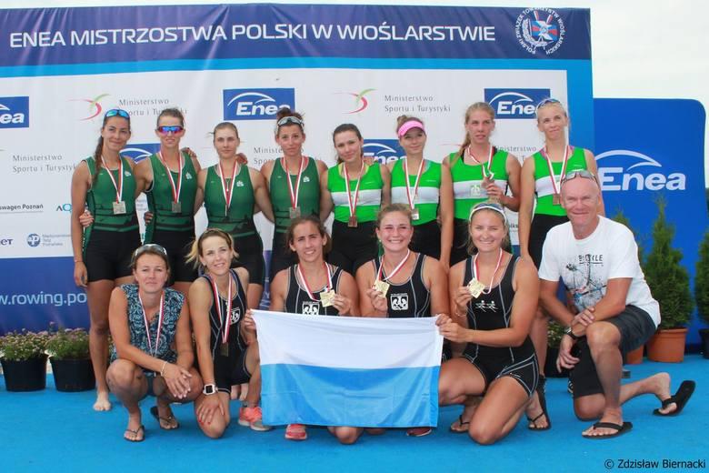 Z przodu złota czwórka podwójna AZS AWF Kraków z trenerami Iwoną Wójcik Pietruszką i Arturem Leśniakiem