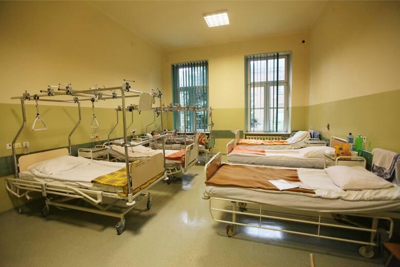 Szpitale powoli znoszą zakazy odwiedzin, ale każda lecznicza ustala własne zasady w tej kwestii.