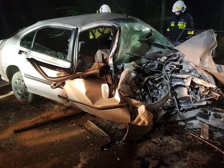 Samochód wpadł w walec drogowy. Nieprzytomny kierowca został zakleszczony, przyleciał po niego śmigłowiec