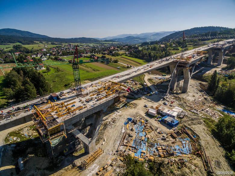 Zdjęcia lotnicze pokazujące zaawansowanie budowy ekspresowej zakopianki na dzień 20 - 22 września 2018 roku