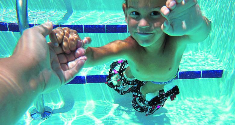 Bartek uwielbia pływać, bo w wodzie nie czuje ciężaru aparatów. To jeden z niewielu momentów, gdy nic go nie ogranicza.