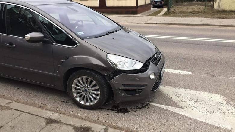We wtorek, po godz. 15, strażacy z OSP Knyszyn zostali wysłani do wypadku, do którego doszło na głównym skrzyżowaniu w mieście.