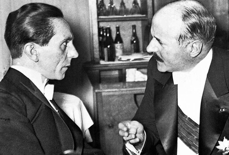 Joseph Goebbels (po lewej) korzystał z teorii snutych przez Alfreda Rosenberga, choć jego książkę nazwał ideologicznym beknięciem