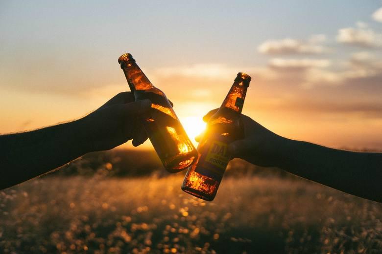 ALKOHOL Podczas upałów unikamy picia alkoholu. Powoduje on rozszerzenie się naczyń krwionośnych. Zmniejsza się wydolność układu krążenia. Zbyt duża dawka