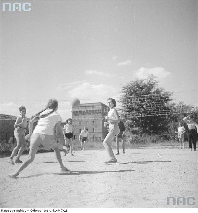 Młodzież podczas gry w siatkówkę.