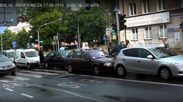 Karambol na Sienkiewicza. Pięć aut uszkodzonych (wideo)